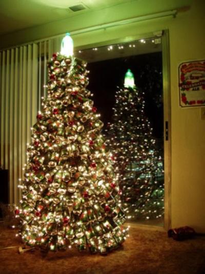 Weihnachtsbaum aus Dosen, gesehen auf bildschirmarbeiter.com