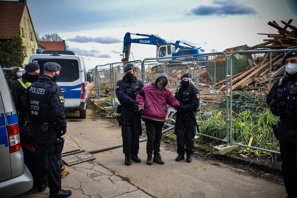 Bei den Demos ist die Polizei stets präsent  (Foto: Alexander Frank)
