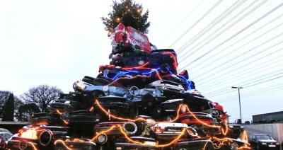 Weihnachtsbaum aus Schrott-Autos, gesehen auf radiohamburg.de