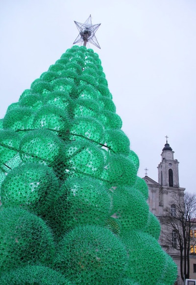Weihnachtsbaum aus Recycling-Flaschen, gesehen auf boredpanda.com