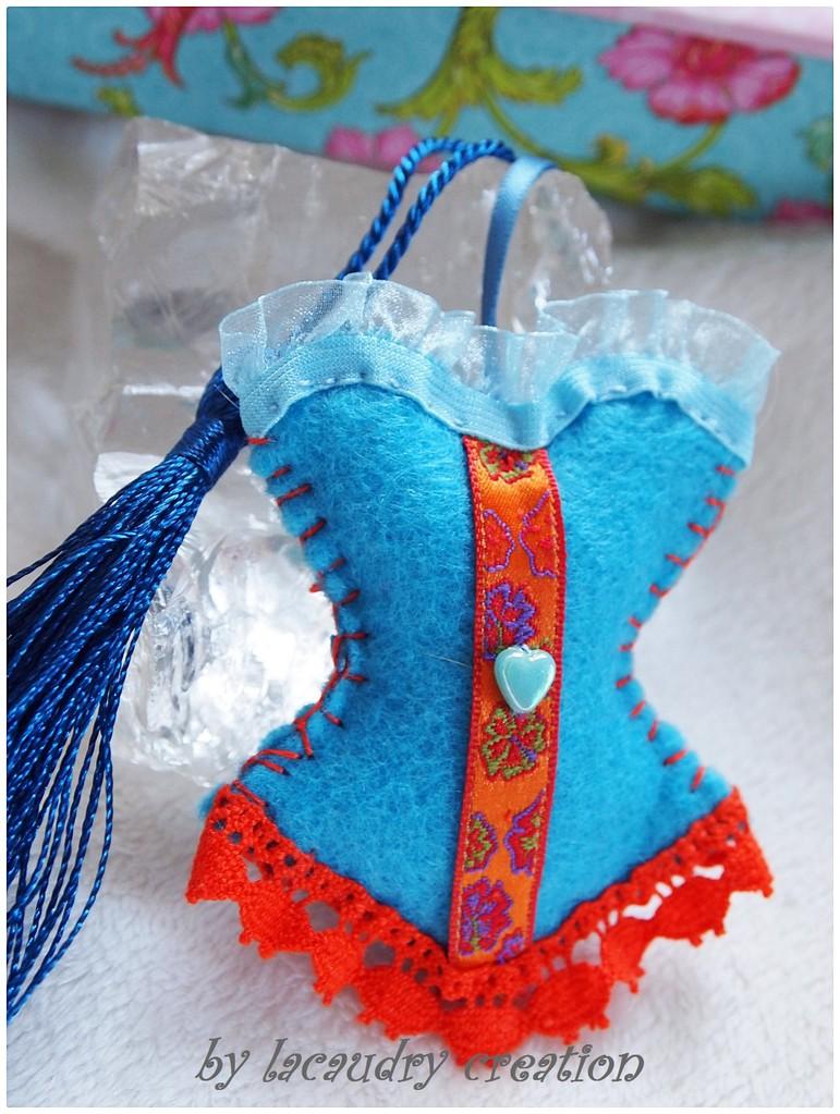 les bijoux de sac corset bleus ou verts lacaudry cr ation. Black Bedroom Furniture Sets. Home Design Ideas