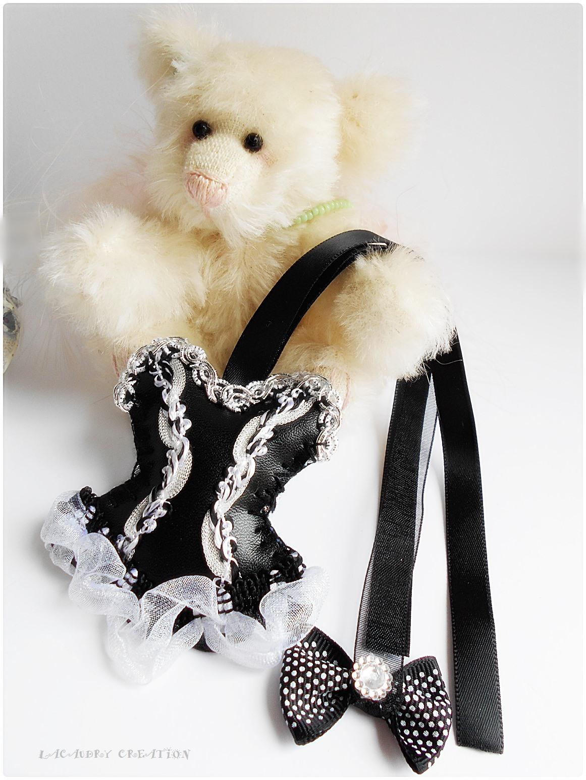 Marque pages corset gotique noir et blanc