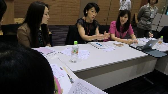ジャパンタイムズの三重さん(真ん中)とyahoo!の加納さん(右)、左はファシリテーター担当の加藤さん