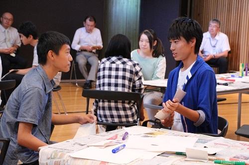 生徒同志や海外大学生と自分の進路について考えるワークショップの様子