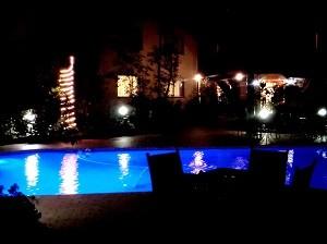 これもホテルの敷地内で撮影したもの。青く光るプール。