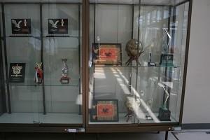 校内に展示される数々の優勝トロフィー