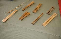 和太鼓のばち。太さや長さは様々です。右下が大平太鼓のばち
