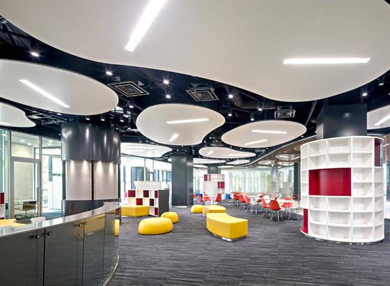 セルフアクセスセンター:英語を自分のペースで学習するスペースで、リスニング,スピーキング,ライティング,リーディングのすべての技能を上達させることができます。