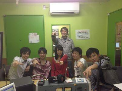 「ハイラジ!!」の放送局で。右端が川島君、左端は西日本実行委員長の加藤君