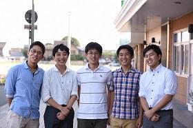 前田くん(いちばん右)と高島くん(右から3番目)。2015びわこ総文で記者として活躍しました。