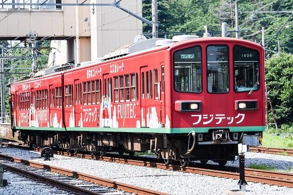 八日市駅を発車する近江鉄道