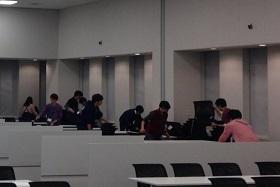 大会前日、実行委員が議員会館で運営のチェックをしています