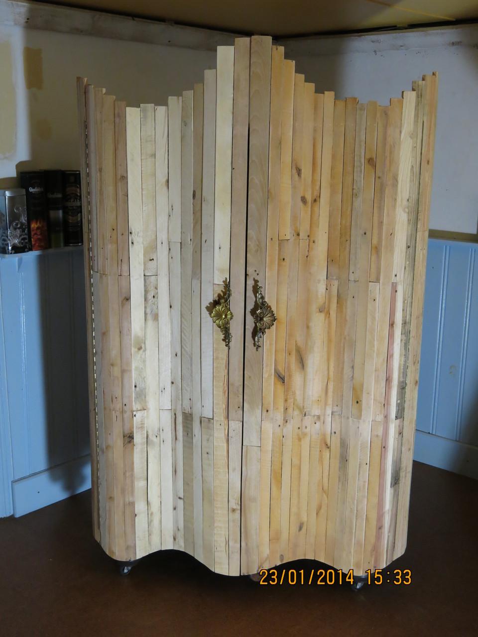 Gehackte Ikea kast met pallethout