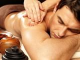 首、肩、腰に疲れた部位の症状別に施術することができます。