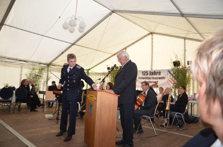 Der Bürgermeister von Neuberend Hans-Helmut Guthardt eröffnet den Abend