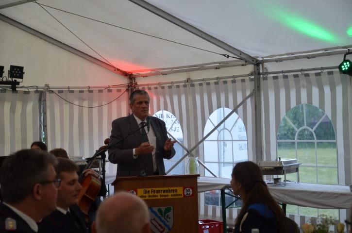 Der Bürgermeister von Nübel Jürgen Augustin gratuliert im Namen der Nachbargemeinde Nübel