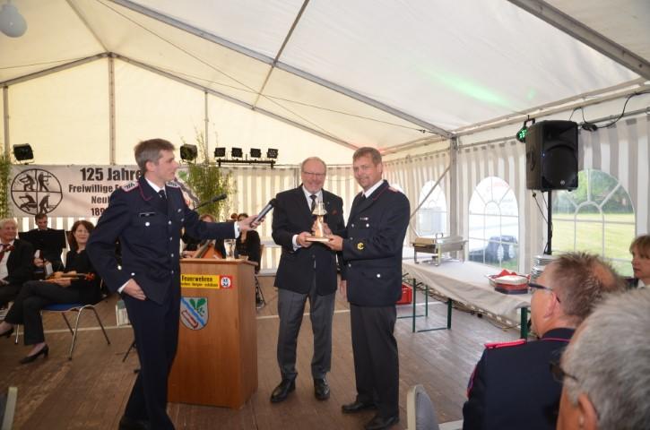 Walter Behrends überreicht die Ehrengabe des Landes Schleswig-Holstein