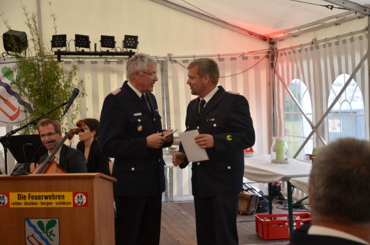 Der Amtswehrführer Klaus Uck überbringt die Glückwünsche der Amtswehrführung Südangeln