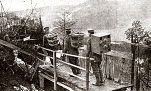 Het vervoer van de duiven naar de loopgraven. Let op het gaskastje op de rug van de achterste man.