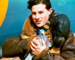 Een Franse parachutist uit de Tweede Wereldoorlog die op zijn vlucht een duif meeneemt