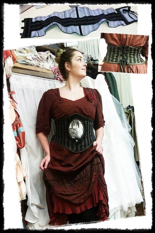 Kleid aus gefärbtem Schleiernessel mir Motiv-Korsage!