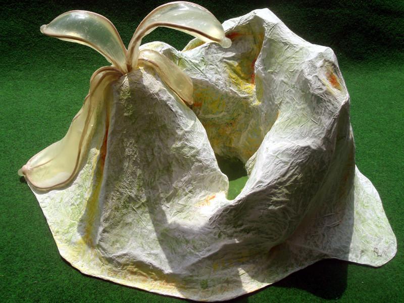 """""""Dallol"""" 2011: Draht, Papiermaché, Latex, Acrlyfarben: 68cm x 57cm x 27cm. Dallol ist eine Salzwüste im äthiopischen Rift Valley, 200m unter dem Meeresspiegel gelegen."""
