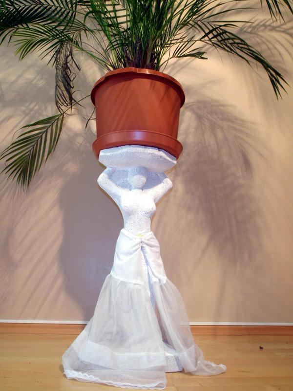 """Dame trägt Areca"" 2007: Porenbeton, Tüll: 61cm x 25cm x 20cm."