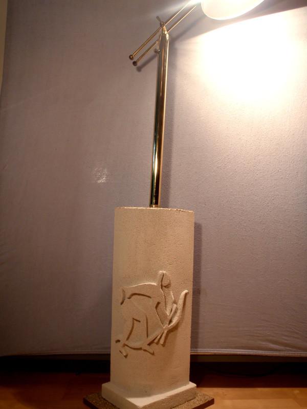 Lampe mit Hadzabe-Jagd-Motiv: 2010: Porenbeton, Sand, Holz: 175cm x 34cm x 27cm. Die Hadzabe sind ein Jäger- und Sammlervolk. Sie leben rund um den Eyasi-See in Tanzania.