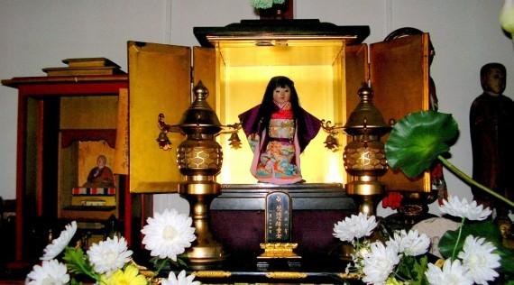 Muñeca Okiku en el templo Mannenji, en la ciudad de Iwamizawa, Japón.