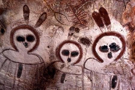 Los Wandjina, con sus grandes ojos, piel clara, y sin bocas, tienen un parecido sorprendente con los alienígenas grises que son descritos por los reportes de víctimas de abducciones extraterrestres. Los teóricos de los Antiguos Astronautas creen que los W
