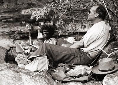 El Dr. Andreas Lommel conviviendo con la tribu Unambal