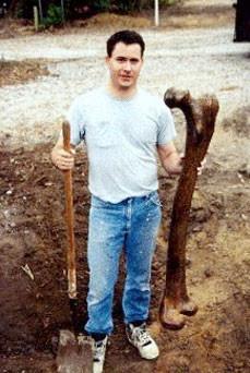 Un fémur de un humano gigante descubierto en Ohio en 2011 por la Asociación Americana de la Arqueología Alternativa, similar a la evidencia presentada en la corte.