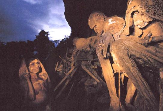 CLAROS EQUÍVOCOS: Una mujer visita a sus muertos pintada con arcilla de tonos claros, señal de luto entre los angus, que relacionan el color claro de la piel con los espíritus. De ahí que los primeros europeos fueran vistos como seres del más allá.  Artíc