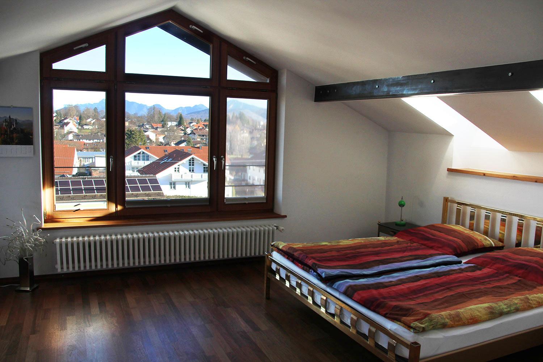 Schlafzimmer im Dachgeschoss mit Blick über Murnau