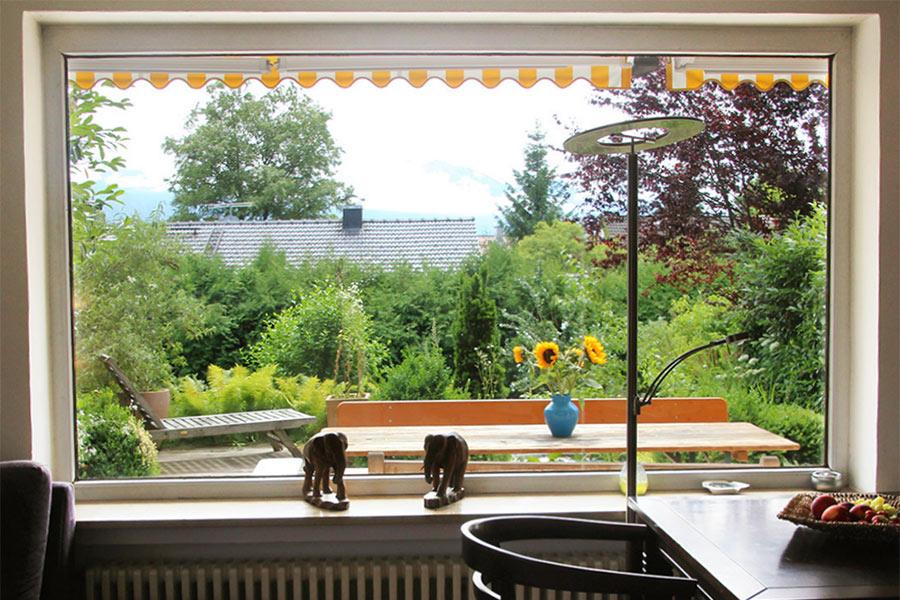Großes Südfenster mit Blick in den Garten