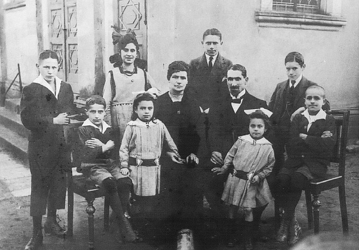 Familie Moses Braunschweiger um 1920 vor der Synagoge