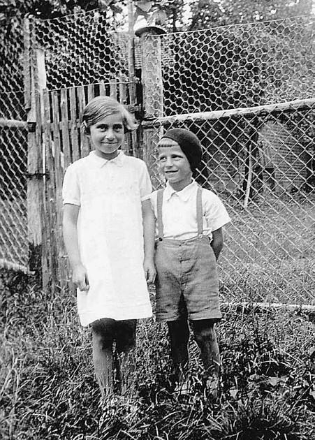 Marga und Manfred Strauß in ihrem Garten 1936