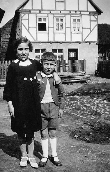 Marga und Manfred Strauß 1937 auf dem Hof