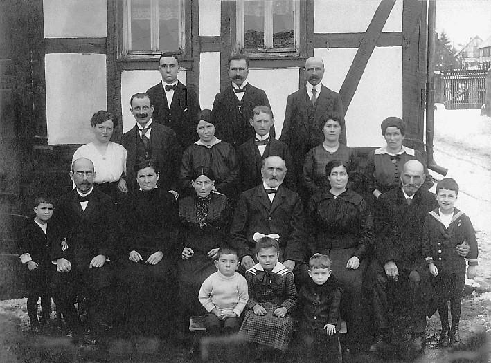 Großfamilie Strauß um 1920 vor ihrem Haus, Ringstr. 15