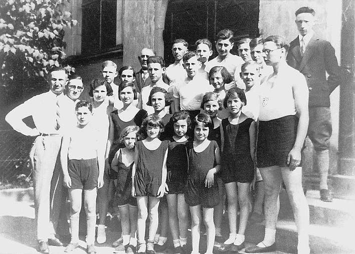 Der jüdische Sportverein um 1934 vor der Synagoge