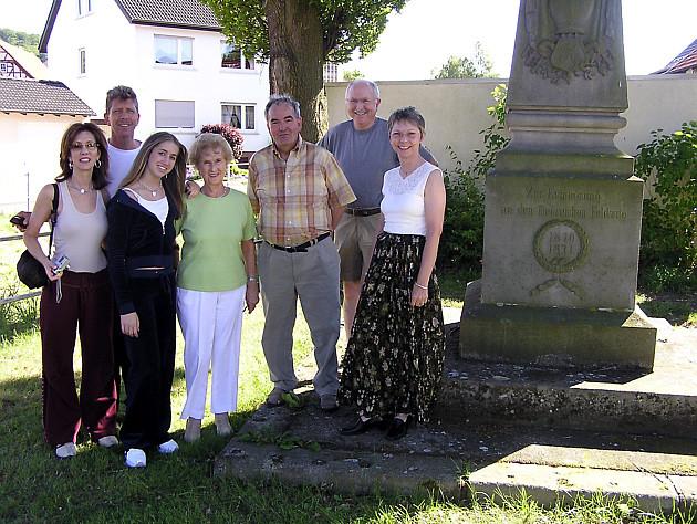 Besuch 2006: Herta Berken geb. Strauß (im grünen T-Shirt) mit Tochter Arlette, deren Mann Ralph Magin und Enkelin Faye (links) sowie Herbert Jakob und Ehepaar Bös (rechts) in Rothenkirchen