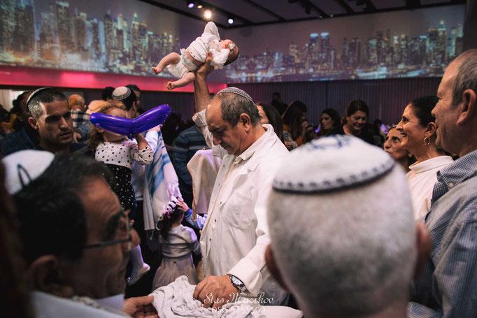 צילום רגע מיוחד בטקס הברית עם המוהל