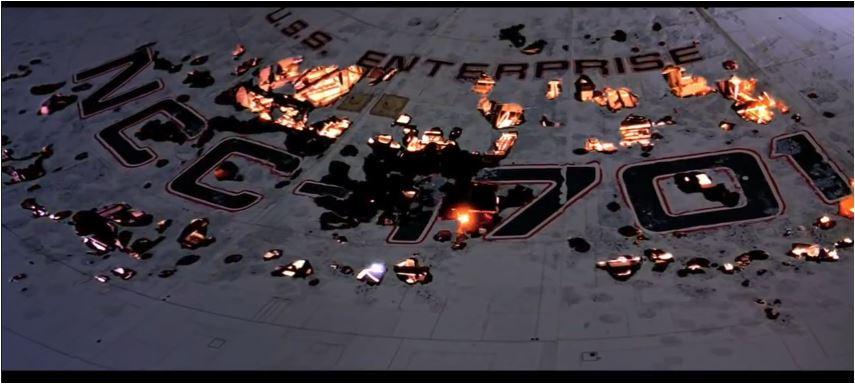der meiner Ansicht nach best gelungene Effekt im Film: der Namenszug der 1701 Enterprise geht in Flammen auf, das Schiff explodiert