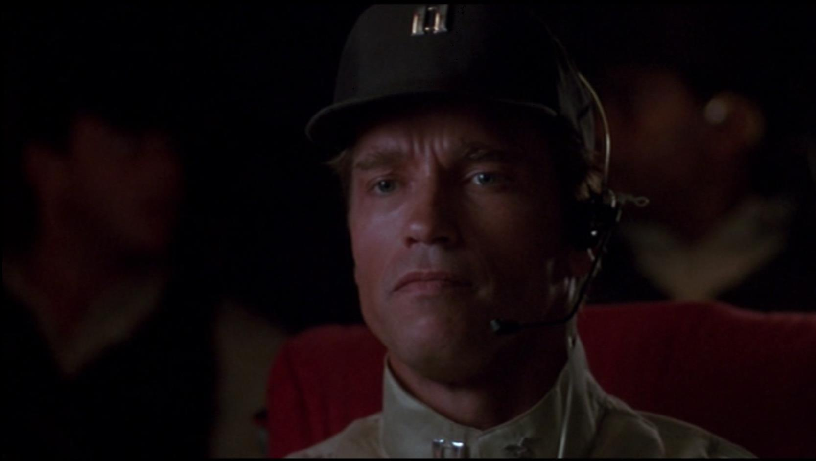 Arnold Schwarzenegger als Cop und Hubschrauberpilot Ben Richards