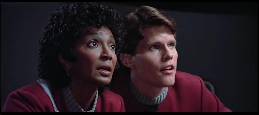 Lt. Uhura unterstützt ihre alten Kameraden nach Kräften