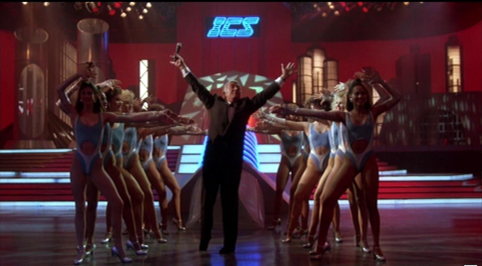 er in den 80er Jahren beliebte U.S. Showmaster Richard Dawson parodiert sich als Damon Killian mit Witz und Ironie