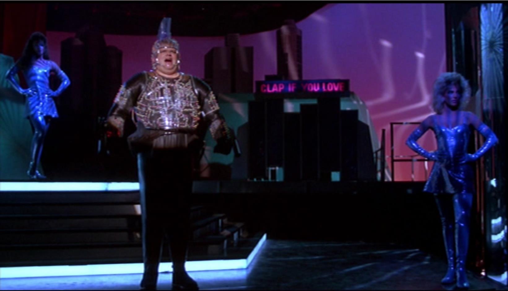 Der kurz nach den Dreharbeiten an Herzversagen verstorbene Erland van Ldth war ausgebildeter Opernsänger und verkörperte die Figur des abgedrehten Blutjägers DYNAMO