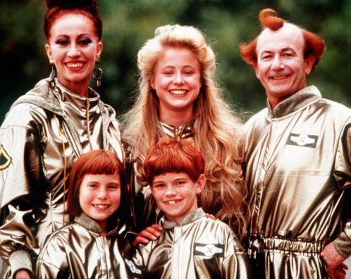 Die Familie: vorne links: Lauren Hewitt als X, hinten links: Jan Friedl als Mutter Renée, vorne Mitte. Jeffrey Walker als Qwrk, hinten Mitte: Silvia Seidel als Dovis, rechts: Bruce Myles als Vater Mortimer