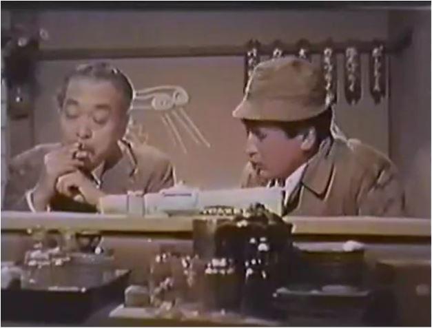 Doktor Kimura wird wegen der UFO-Sichtungen von einem Reporter befragt