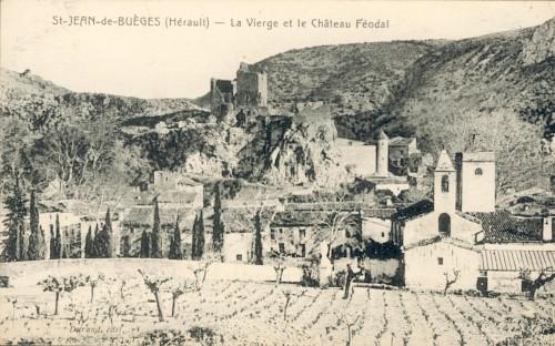 Carte postale ancienne de Saint Jean de Buèges avec en premier plan une vigne, l'église, puis le village et enfin le chateau de Baulx qui domine le village